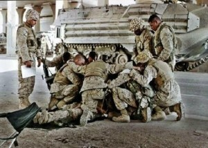 us soldiers kneel in prayer